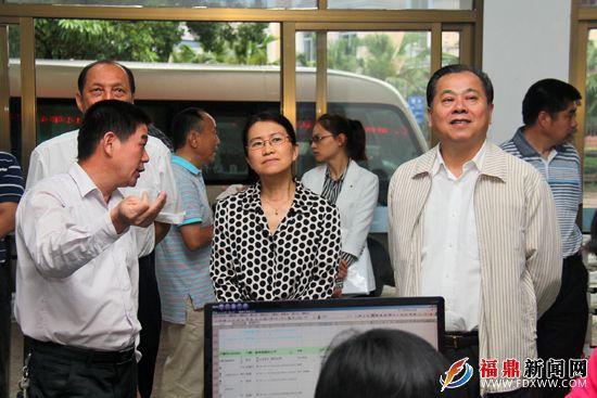 王宏丽(右四)一行正在察看富民社区网格化管理工作.jpg