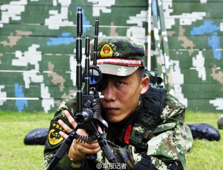 武警狙击手集训:枪上垒10枚弹壳纹丝不动