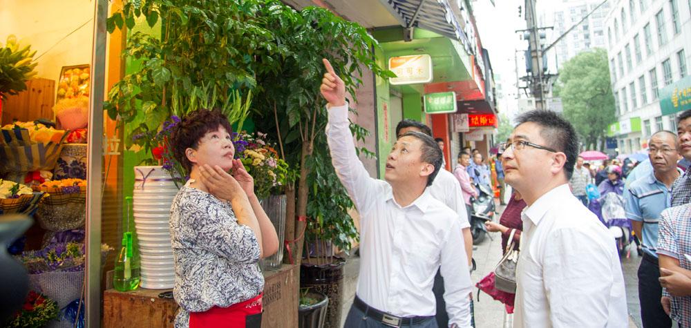 市委书记刘振辉、代市长袁华军劝导店主不要安装遮阳篷