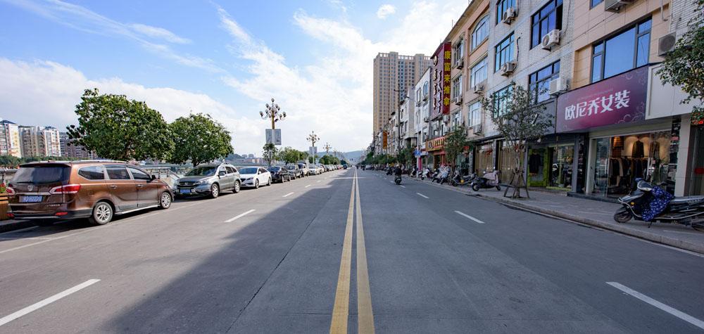整齐宽广的江滨路