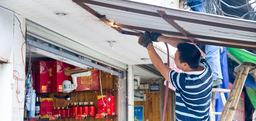 中山南路工作人员正在拆卸私自搭盖铁棚