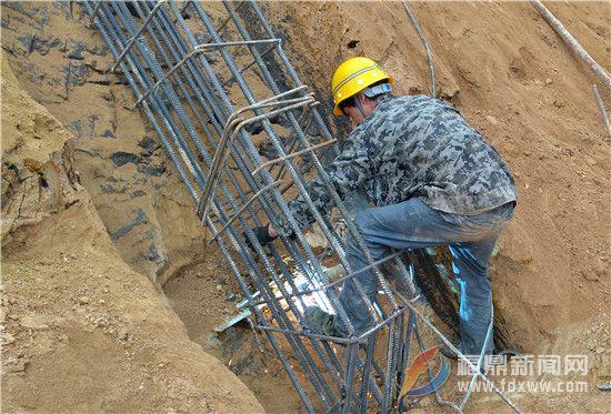 八尺门大桥连接线的工人正在进行护坡施工.jpg