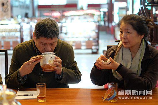 导演林小龙(左)闻着老白茶.jpg