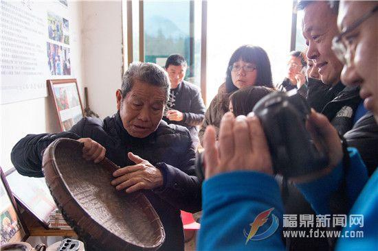梅相靖老先生介绍自己父辈用过的传统制茶工具.jpg