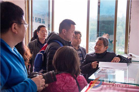 梅相靖老先生向摄制组介绍白茶的历史.jpg