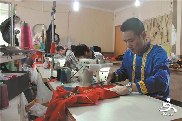 """【他们的""""江湖""""】一位年轻人的畲衣制作事业"""
