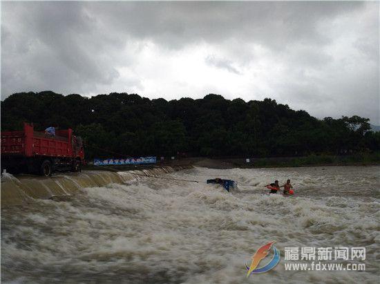 白琳:群众不慎落水 村民干部接力救助