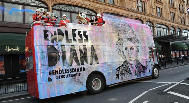 英国戴妃逝世20周年 艺术家巴士绘其肖像纪念