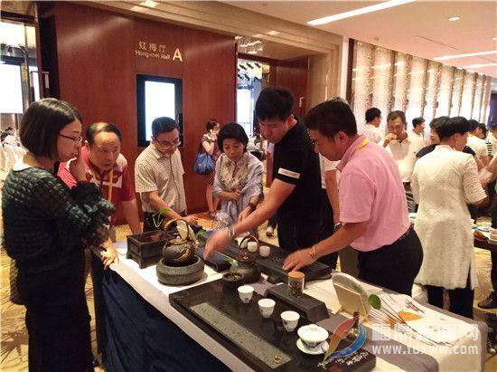 参会嘉宾对玄武岩加工成的茶具产生浓厚的兴趣.jpg