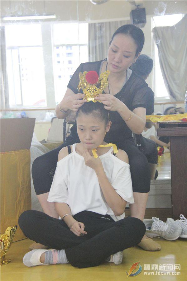舞蹈组的老师在给学生们示范如何戴头饰--张亭摄.JPG