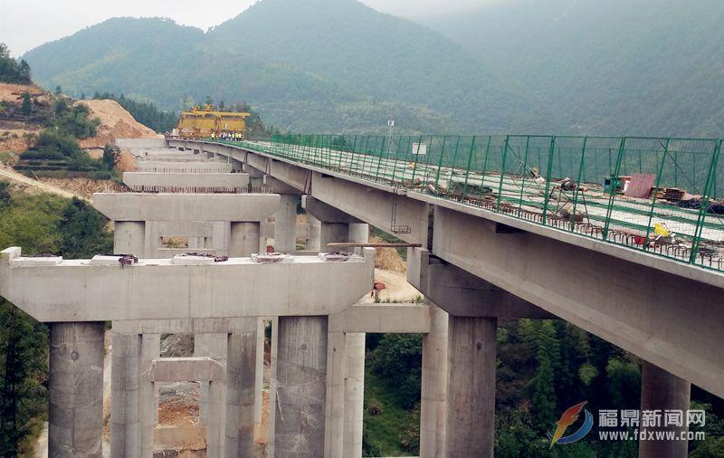沈海复线高速公路花亭大桥右幅架梁完成