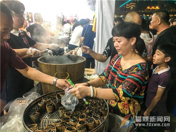 市民在买乌米饭.jpg