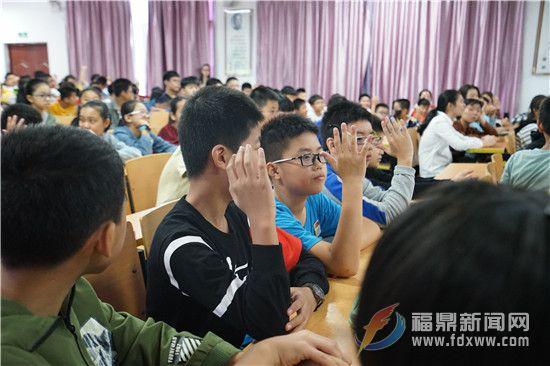 学生们纷纷举手回答.jpg
