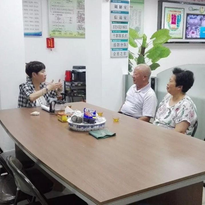 """【代表委员风采】董宁:""""人民公仆""""式社区书记"""