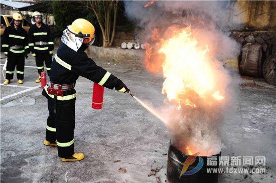 12月25日,国网福建宁德福鼎市供电公司组织员工对灭火器的使用进行现场实际演练,增强员工消防安全意识。(周婷婷).jpg