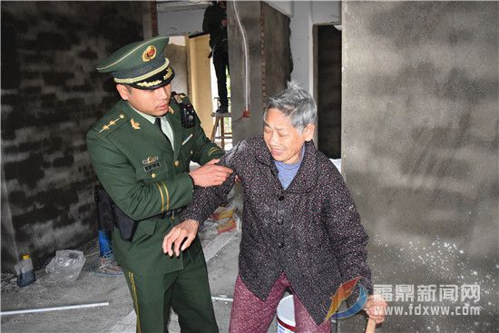 桐城边防派出所救助一名走失老人获好评.jpg