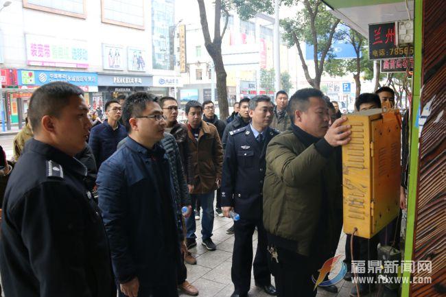 """袁华军带队深入市区主干道路段开展""""脏乱堵""""整治行动"""