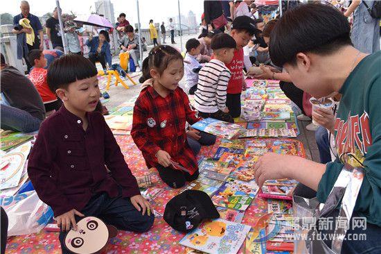 """""""世界读书日""""前夕义卖图书 """"传递爱心"""""""