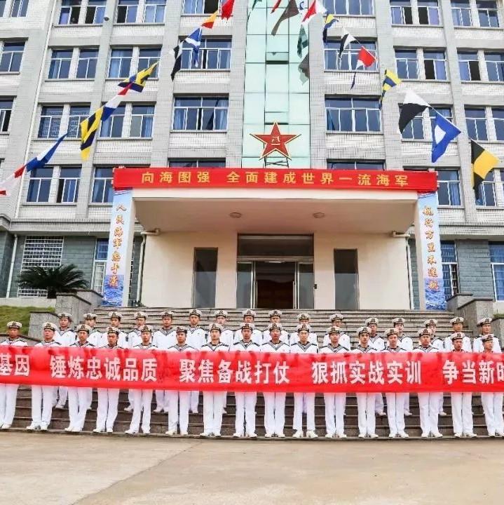 人民海军69岁生日快乐!驻鼎兵哥哥升旗庆海军日!