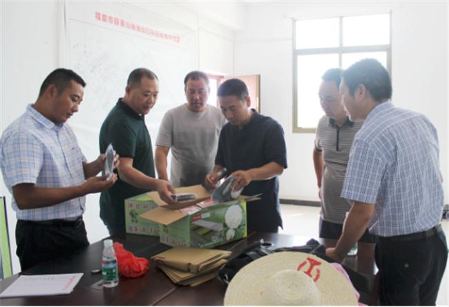 福鼎工业园区领导为薛桥村村民送种子助力生产