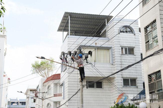 市供电公司:烈日下忙改造 力保居民用电