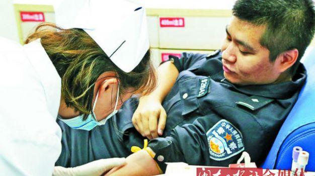 福安交警为交通变乱伤者献血