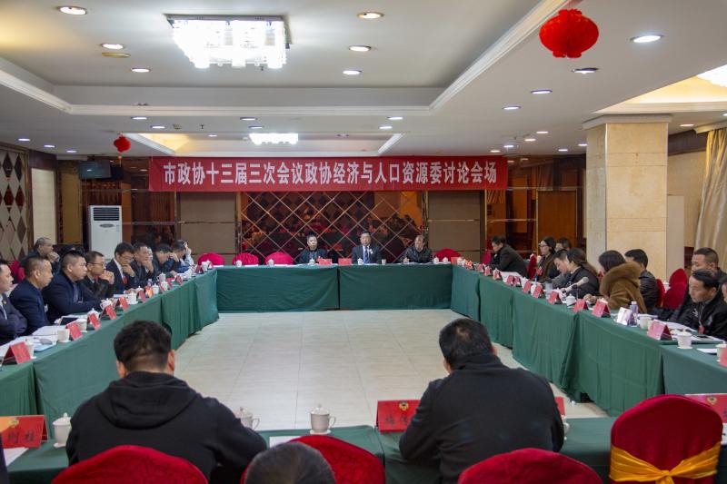 李绍美参加政协委员分组讨论