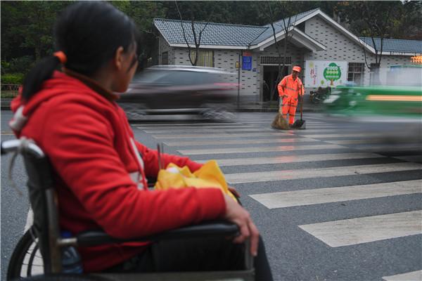 有一种爱,叫坐着轮椅陪你扫马路