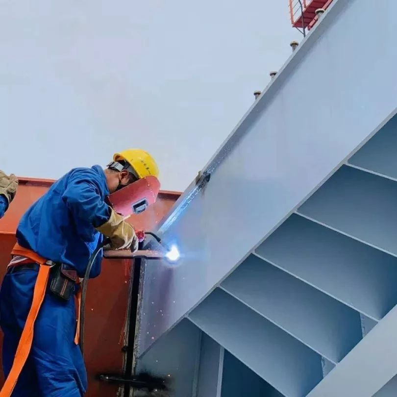 沙埕湾跨海大桥首片钢槽梁成功架设,大桥上部结构施工正式启动