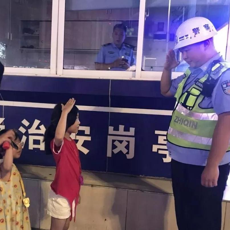"""孩子走失交警相助,这个""""超萌""""敬礼让人过目不忘"""