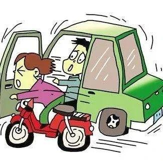 千万别这样开车门!福鼎一男子突开车门撞伤孕妇