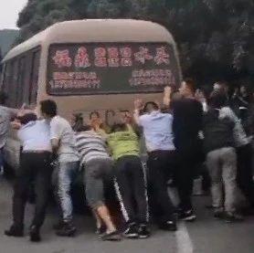 感动!两名司机被困车内,福鼎警民合力推车救人