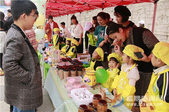 幼儿园孩子爱心义卖 半日募集善款近两万元