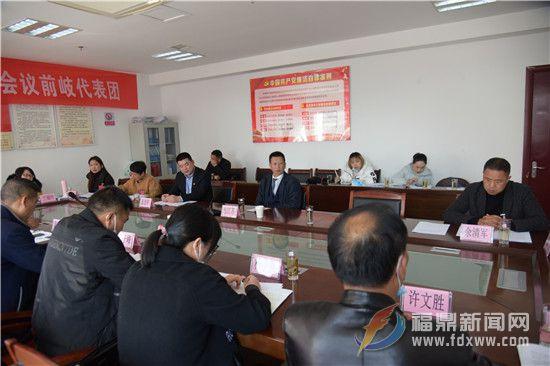 市领导参加分组讨论
